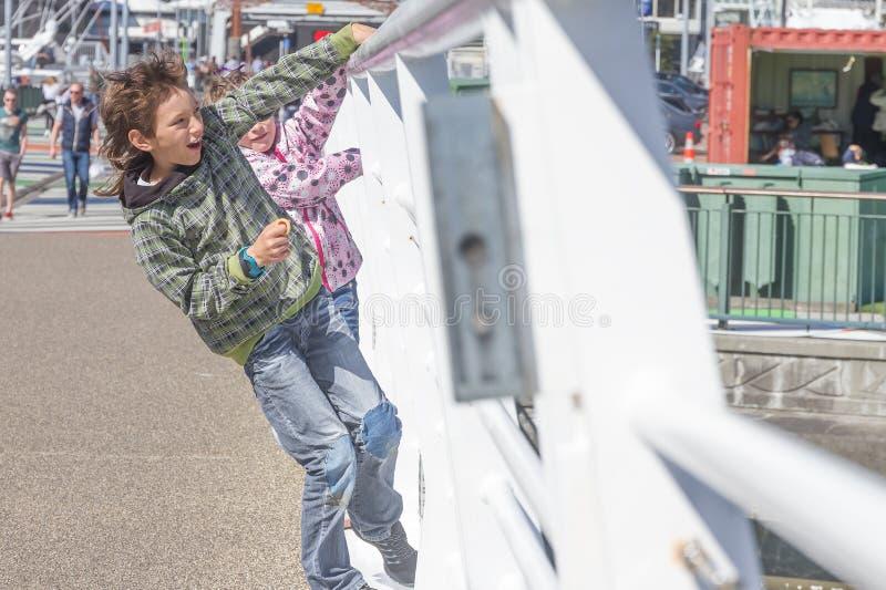 Молодые счастливые дети имея потеху outdoors стоковое фото