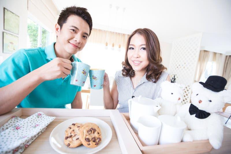 Молодой счастливый завтрак пар стоковая фотография rf