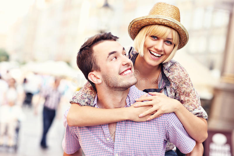 Молодые счастливые пары имея потеху в старом городке стоковые изображения