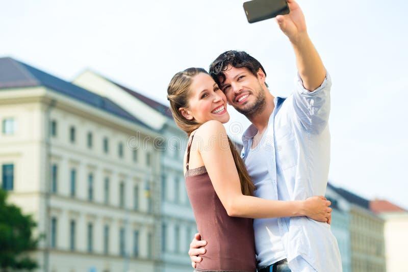Молодые туристы в Мюнхене городском стоковые изображения rf