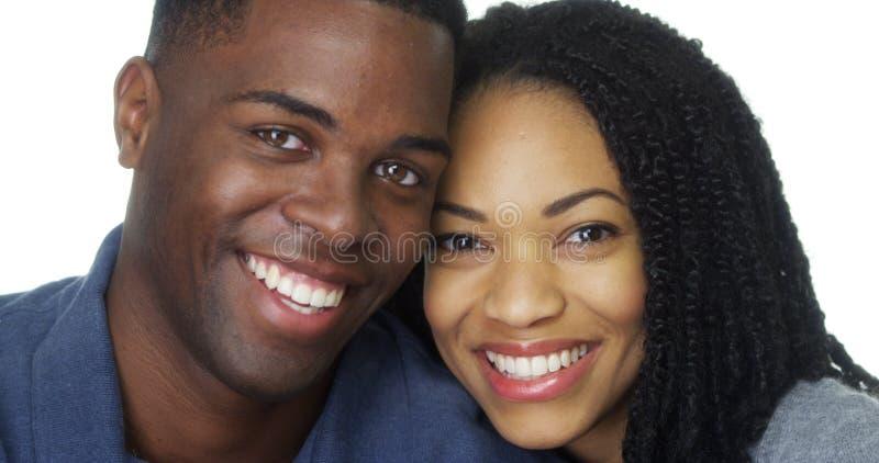 Молодые черные пары в голове склонности влюбленности друг против друга стоковая фотография