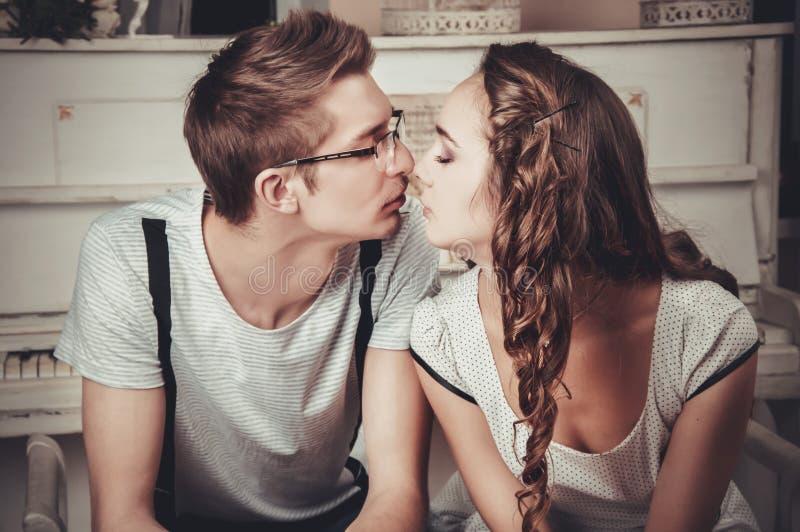 Молодые любящие пары в музыкальном классе стоковые фото