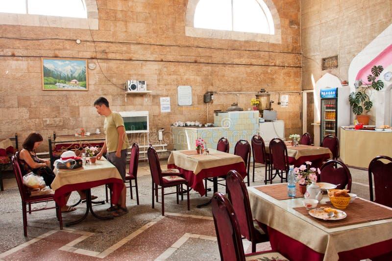 Молодые люди выходит традиционное центральное азиатское кафе после обеда стоковые изображения rf