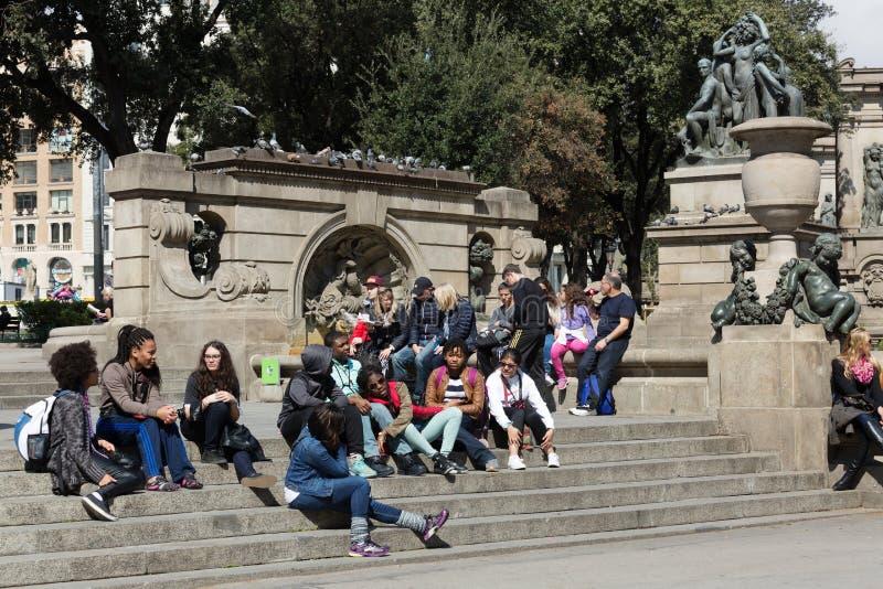 Молодые люди в квадрате Каталонии barcelona Испания стоковое изображение rf