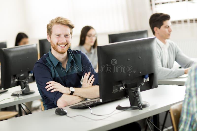 Молодые люди в классе стоковые изображения rf