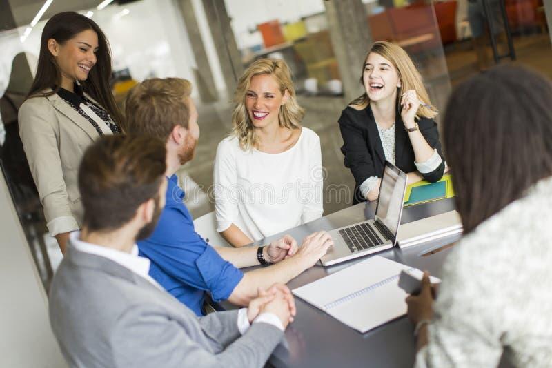 Молодые люди в офисе стоковые изображения