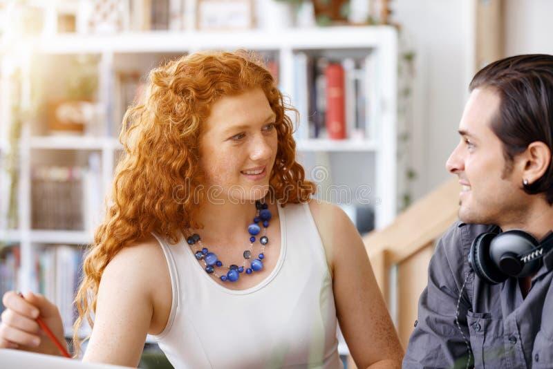 2 молодые люди в офисе стоковое изображение rf