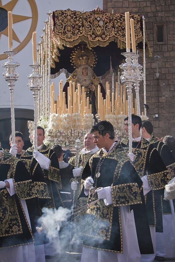 Молодые люди в шествии с горелками ладана и подсвечниками processional в святой неделе стоковая фотография