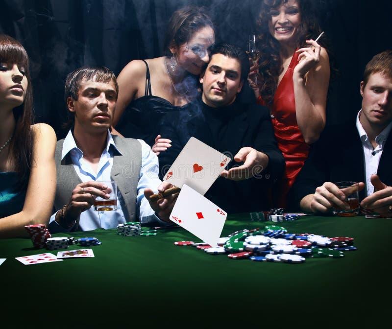 Молодые люди играет покер стоковые фото