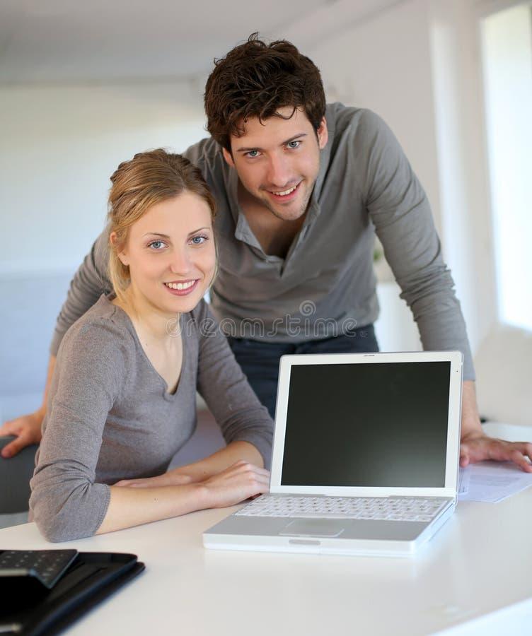 Молодые люди изучая представляющ обучение по Интернетуу стоковые фотографии rf