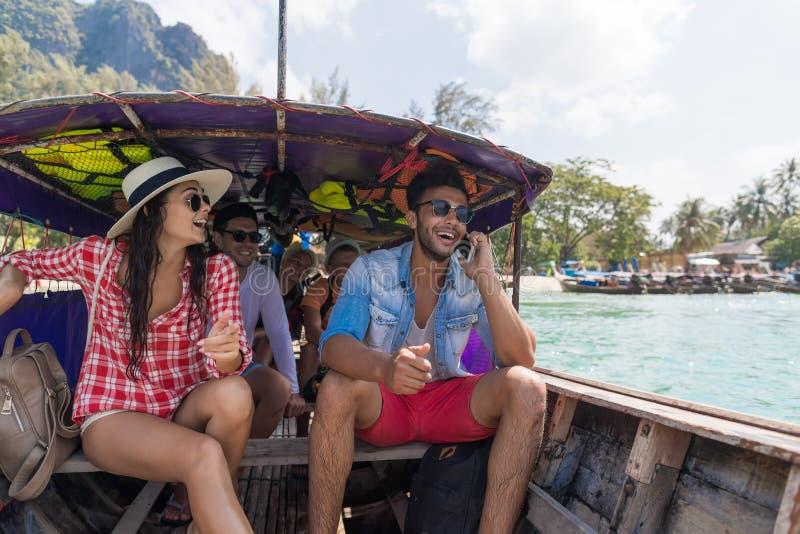 Молодые люди отключения перемещения каникул моря друзей океана шлюпки Таиланда длинного хвоста ветрила группы туристского стоковые фотографии rf