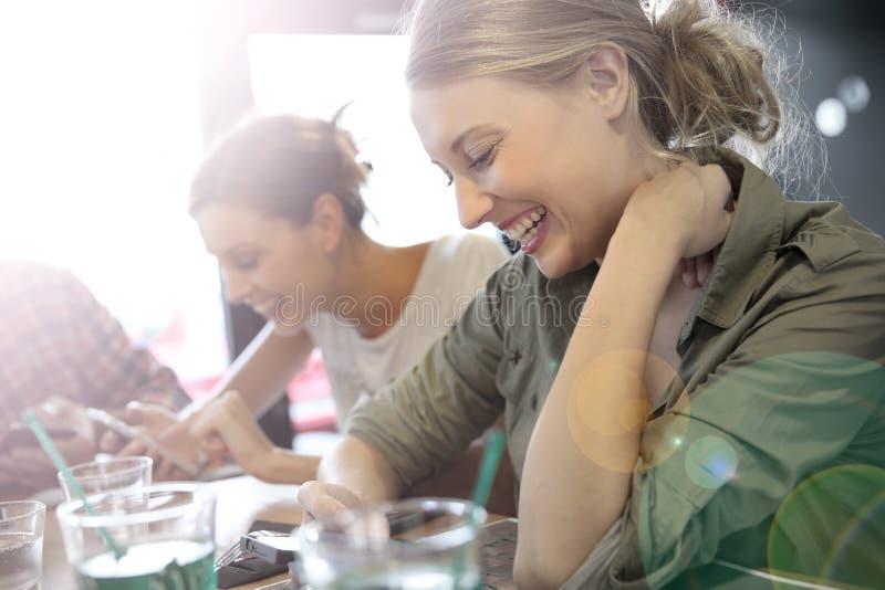 Молодые люди подключенное на wifi с smartphones стоковое фото