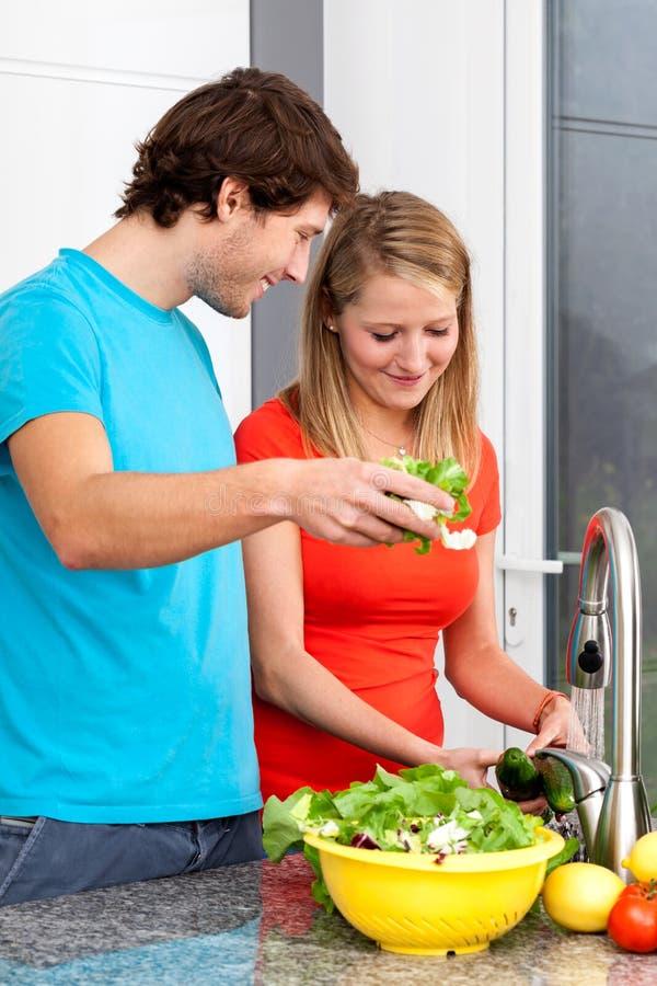 Молодые люди предпочитает здоровую еду стоковое фото rf