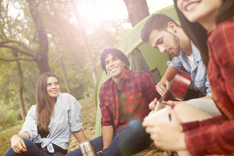 Молодые люди располагаться лагерем стоковые изображения