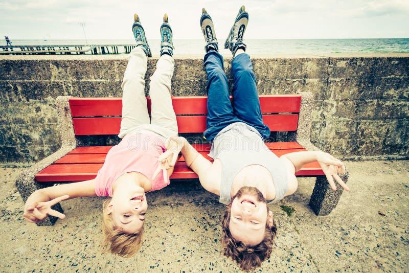 Молодые люди друзей ослабляя на стенде стоковые изображения rf