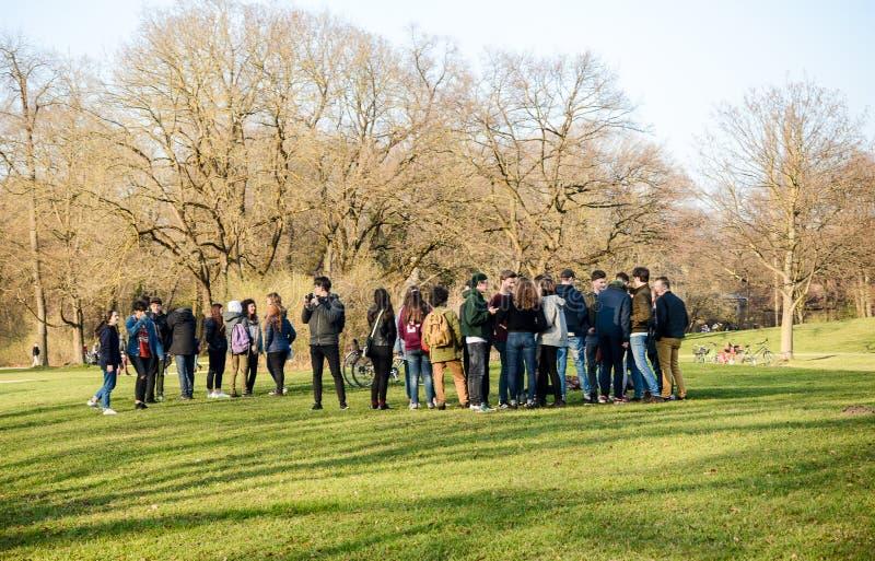 Молодые люди сбора в Englischer Garten стоковая фотография rf
