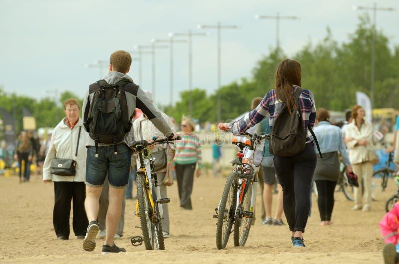 Молодые люди с велосипедами стоковая фотография rf