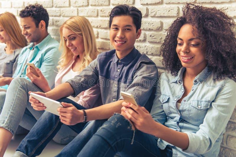 Молодые люди с устройствами стоковое фото rf