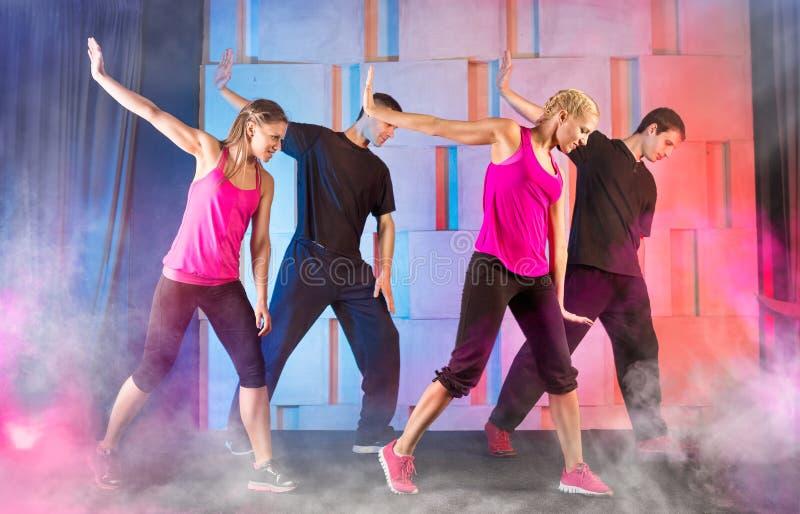 Молодые люди танцевать стоковые фото
