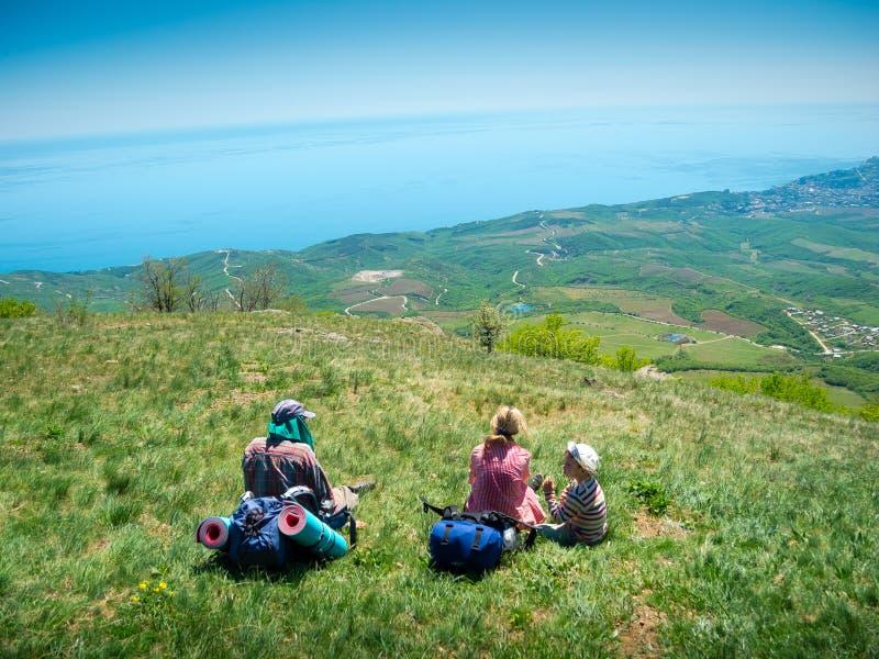 Молодые hikers семьи стоковое изображение