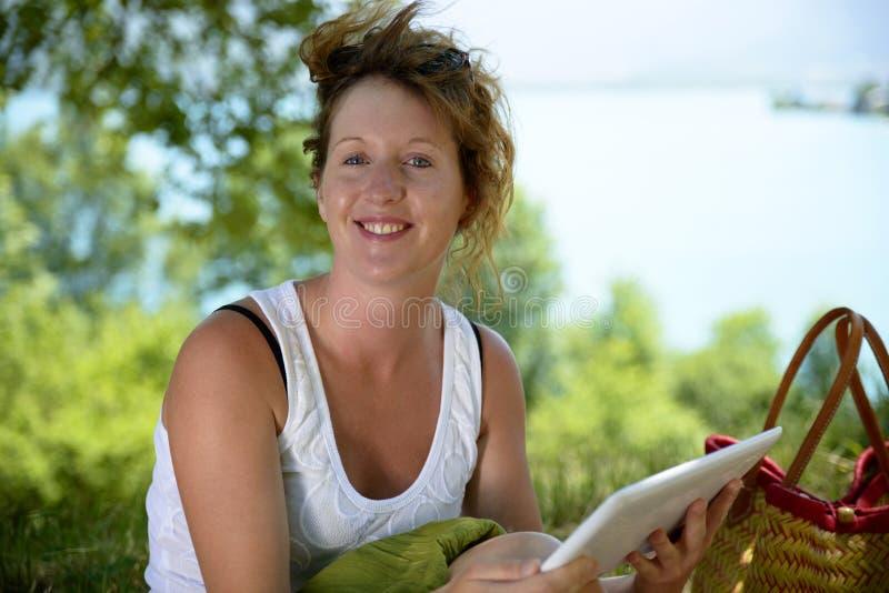 Download Молодые Redhead и естественное сидят в горе Стоковое Фото - изображение насчитывающей redhead, бело: 41659244