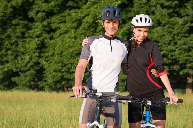 Молодые Sportive пары на велосипеде стоковые фото