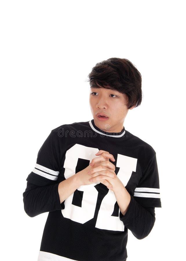 Молодым азиатским смотреть вспугнутый человеком стоковое фото rf