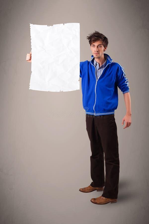 Молодым космос экземпляра белой бумаги мальчика скомканный удерживанием стоковые изображения rf