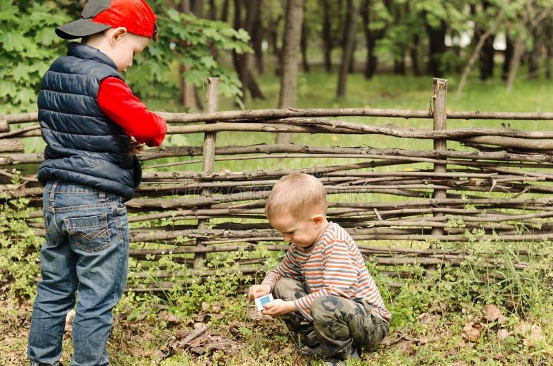 2 молодых мальчика играя с спичками стоковое изображение rf