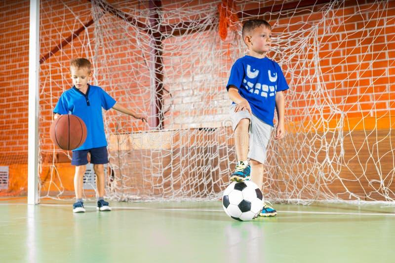 2 молодых мальчика на суде крытых спорт стоковые изображения