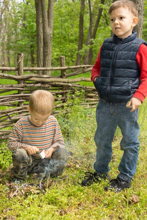 2 молодых мальчика уча искусства выживания стоковые изображения rf