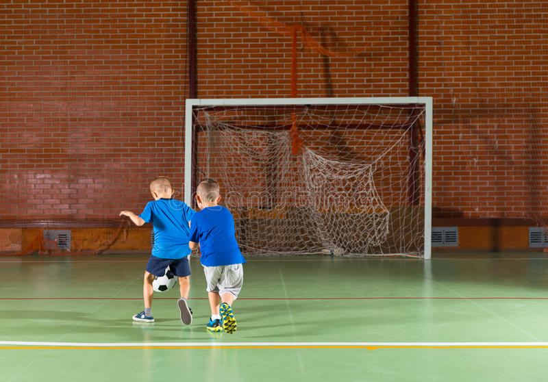 2 молодых друз играя футбол стоковое изображение rf