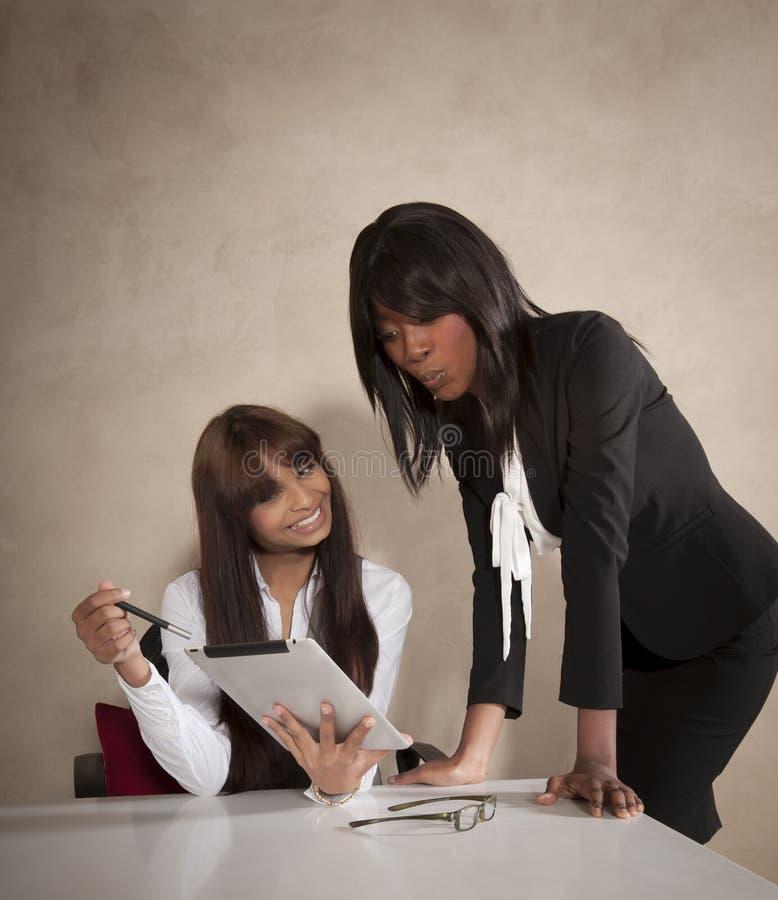 2 молодых руководителя бизнеса работая на столе стоковые фотографии rf