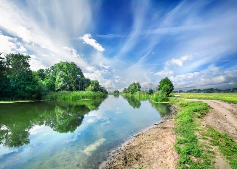 Download Молчаливое голубое река стоковое фото. изображение насчитывающей трава - 37929618