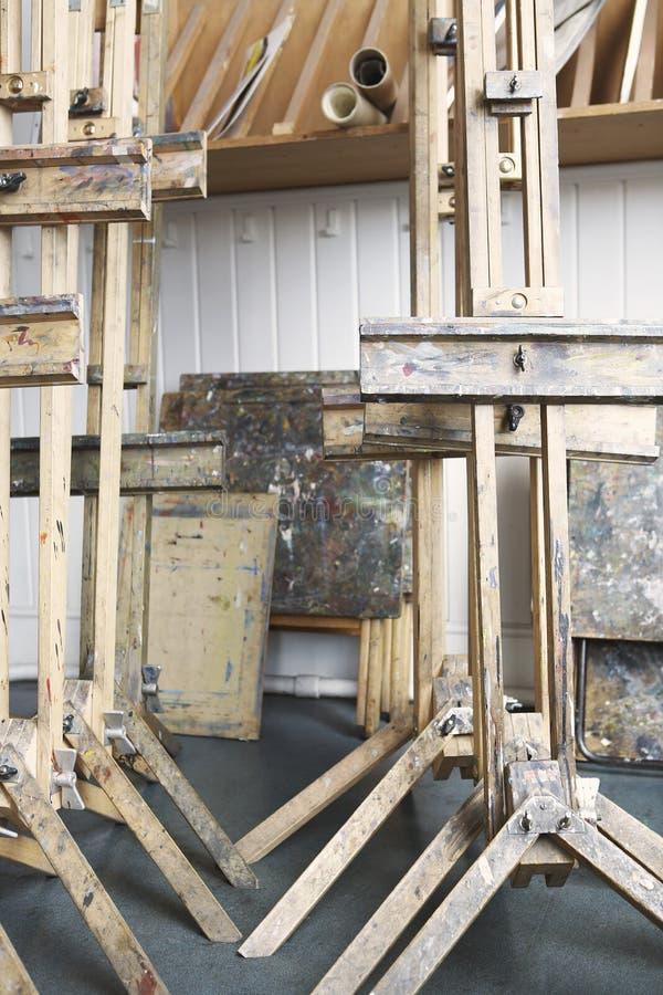 Мольберты в студии пустого художника стоковые фотографии rf