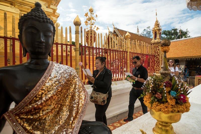 Молящ и оплачивающ уважения на виске Doi Suthep стоковая фотография