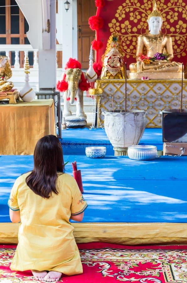 Моля почтение к статуе Будды стоковые фотографии rf