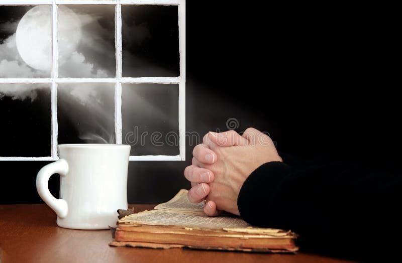 Моля руки на библии стоковые фотографии rf