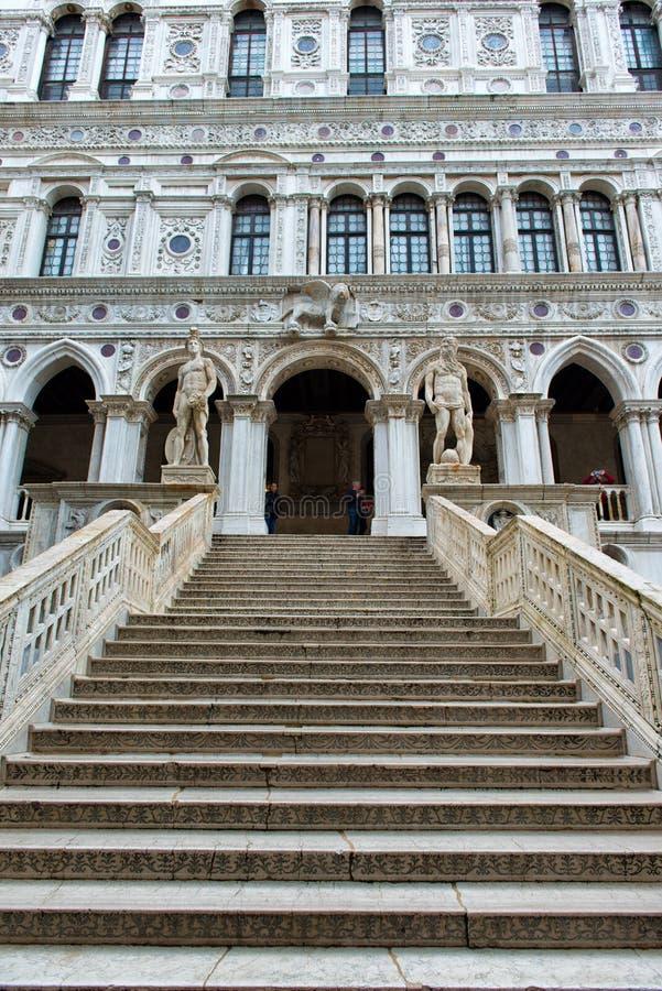 Мраморная лестница на дворце дожа в Венеции, Италии стоковая фотография rf