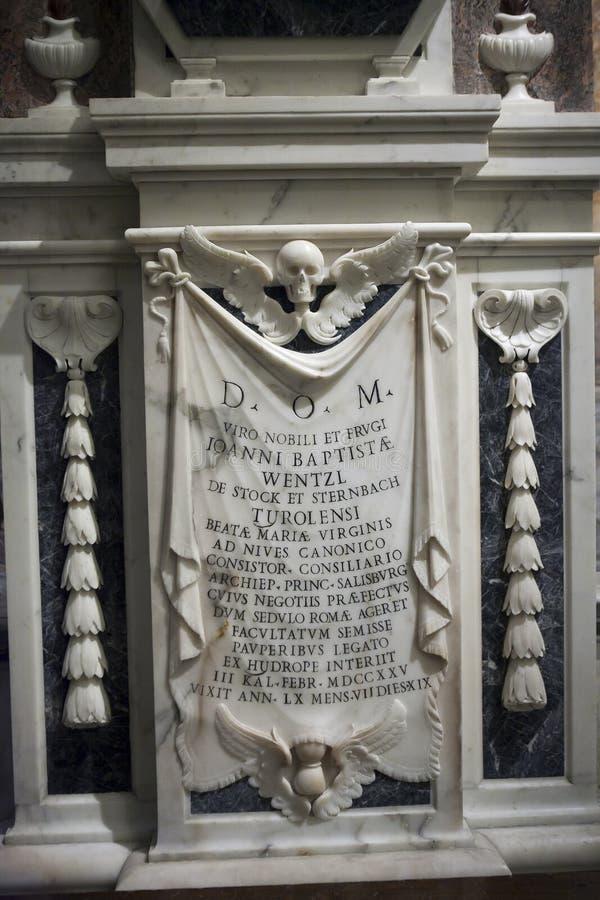 Мраморная металлическая пластинка с черепом в церков Сцена от библии Иисус Христос с апостолами стоковая фотография