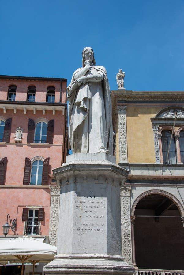 Мраморная статуя в честь вид спереди Данте Алигьери стоковые фото