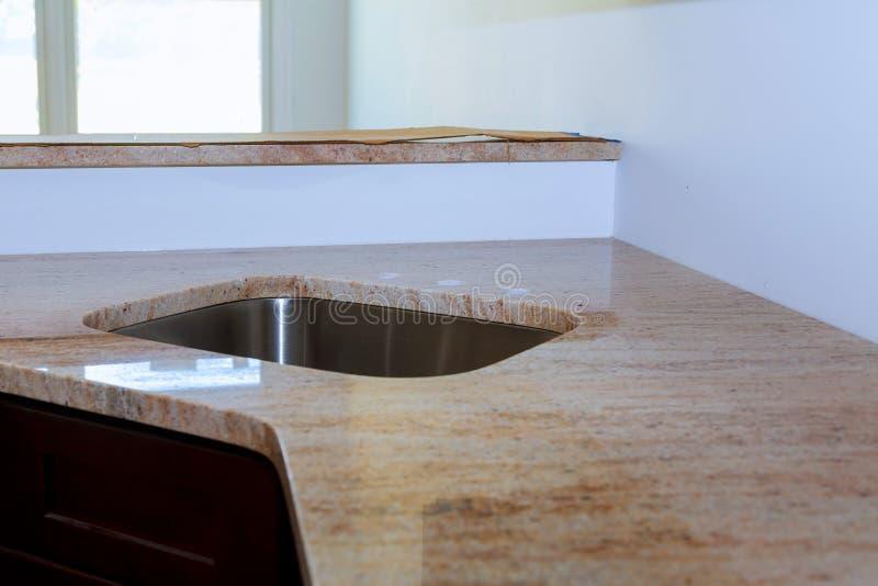 Мраморная таблица встречной верхней части в комнате кухни стоковые фотографии rf