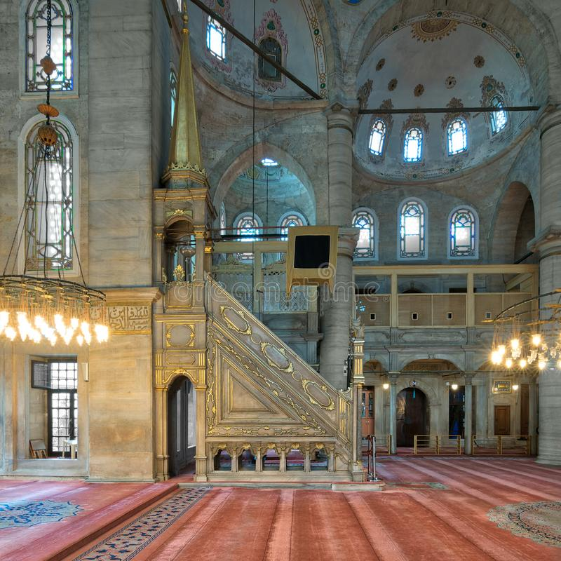 Мраморная флористическая золотая богато украшенная minbar платформа, мечеть султана Eyup стоковые изображения rf
