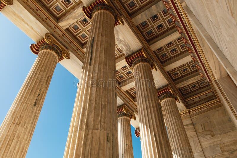 Мраморные столбцы академии Афина в Афина, Греции стоковые изображения