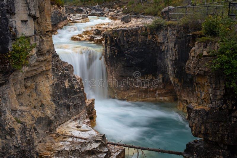 Мраморный водопад каньона, национальный парк Kootenay, Канада в полную силу, принятый с долгой выдержкой для того чтобы приглажив стоковое фото rf