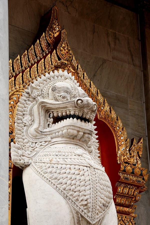 Мраморный лев защищая вход (Wat Benchamabophit Dusitvanaram) стоковая фотография