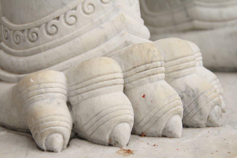 Мраморный лев защищая вход (Wat Benchamabophit Dusitvanaram) стоковые изображения rf
