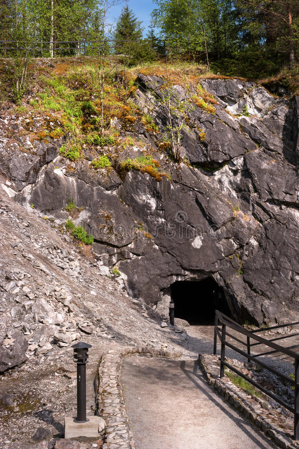 Мраморный карьер в парке Ruskeala в республике Karelia, России В фото - входе к деятельности шахты стоковые изображения