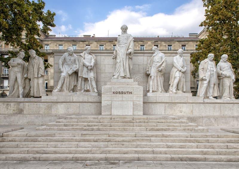 Мраморный комплекс статуй с центральной фигурой Lajos Kossuth, стоя среди товарищеских политиков, квадрат Kossuth, Будапешт, Венг стоковые фотографии rf