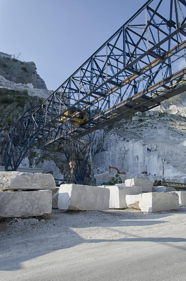 Мраморный кран в карьере в Италии стоковое изображение rf